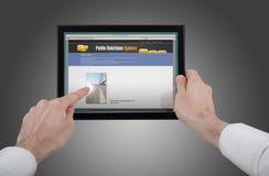 Dé sostener una PC del touchpad y practicar surf el Web Fotos de archivo