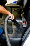 Dé a suciedad de la limpieza del vacío en los asientos de carro traseros Imagenes de archivo