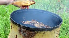 Dé toman la harina de pescado ahumada ecológica del barril oxidado del ahumadero almacen de metraje de vídeo