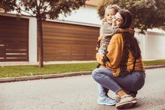 Dé un abrazo a la madre Amor de la parte de la madre y de la hija imagen de archivo libre de regalías