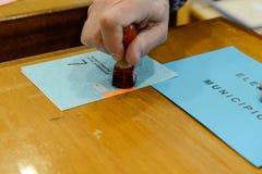 Dé validar una votación de votación en las elecciones municipales Imágenes de archivo libres de regalías