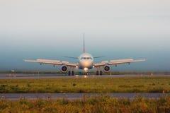 Dé vuelta al avión en la pista Foto de archivo libre de regalías