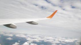 Dé vuelta al avión en las nubes, filmando de la ventana metrajes