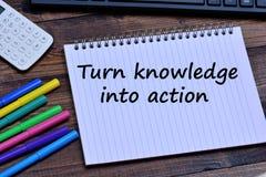 Dé vuelta al conocimiento en palabras de la acción en el cuaderno imagen de archivo