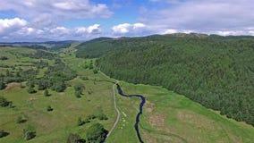 Dé vuelta alrededor y vuelo a través de la cañada entre Oban y Taynuilt, Argyll almacen de metraje de vídeo