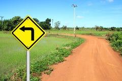 Dé vuelta a la señal de peligro izquierda con el camino del suelo ilustración del vector