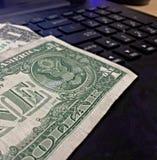 Dé vuelta a su ordenador en un dinero que hace la máquina Foto de archivo libre de regalías