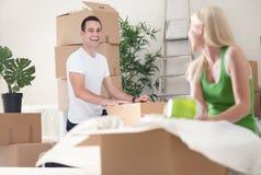 Déballage de processus dans la nouvelle maison Image stock