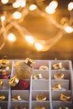 Déballage des jouets de boules de Noël avec la guirlande éclatante Image stock