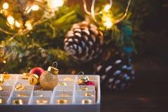 Déballage des jouets de boules de Noël avec la guirlande éclatante Image libre de droits