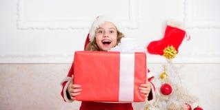 Déballage du cadeau de Noël Concept d'an neuf heureux Tradition de vacances d'hiver Enfant heureux avec le cadeau de Noël Fille image libre de droits