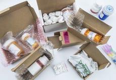 Déballage du médicament dans des boîtes, médecines diverses dans des boîtes pour l'aide humanitaire photo libre de droits