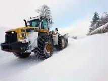 Déblaiement de neige avec les machines lourdes de chargeur après bli orageux d'hiver Photo libre de droits