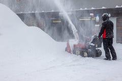 Déblaiement de neige avec un ventilateur de neige images stock