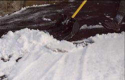 Déblayement de la neige dans l'allée images libres de droits