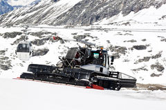 Déblayement de la neige, glacier de Molltaler, Autriche Photographie stock