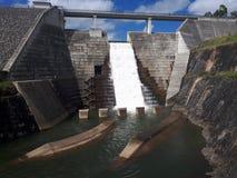 Débordement de barrage de Hinze photos stock