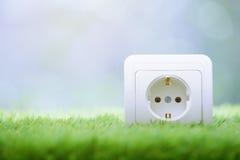 Débouché électrique dans l'herbe Photo stock