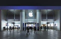 Débouché d'Apple la nuit, Pékin, Chine photos libres de droits