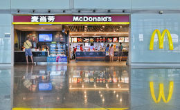 Débouché de MacDonalds à l'aéroport international capital de Pékin Photographie stock libre de droits