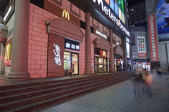 Débouché de McDonald la nuit, Dalian, Chine Photographie stock libre de droits