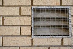 Débouché de ventilation fixé au mur de briques images libres de droits