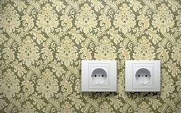 Débouchés électriques sur le mur Photo libre de droits
