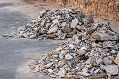 Débris concrets de blocaille sur la construction Images libres de droits