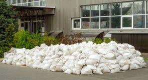 Débris de bâtiment dans la pile de sacs des sacs images stock