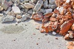 Débris de béton et de blocaille de brique sur le chantier de construction après une démolition d'un immeuble de brique photo stock