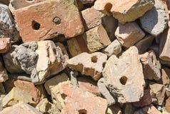 Débris de construction des briques cassées image stock