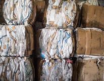 Débris pressés, sacs du produit, polyéthylène, compactage de déchets, pressé photo libre de droits