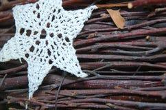 Début blanc de Chrochet sur la petite décoration en bois d'hiver de Noël de branches Images stock