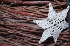 Début blanc de Chrochet sur la petite décoration en bois d'hiver de Noël de branches Image stock