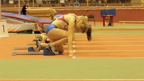 Début d'athlète de jeunes filles à sprinter banque de vidéos