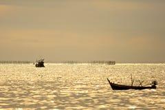 Début de bateau de calmar de pêche travaillant à la mer moyenne au temps crépusculaire, style de vie Photos libres de droits