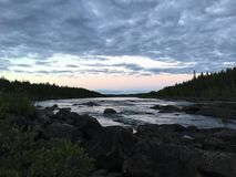Début de la matinée à la petite rivière de Lule, Purkijaur Suède Photo stock