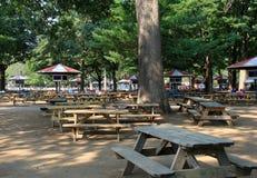 Début de la matinée avec les tables de pique-nique et les fenêtres vides de pari, champ de courses de Saratoga, 2015 Images stock
