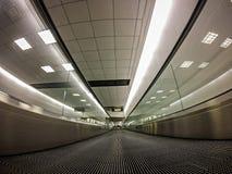 Début de la matinée d'intérieur de structure de terminal d'aéroport Photos stock