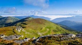 Début de la matinée dans les montagnes avec le brouillard Photo stock