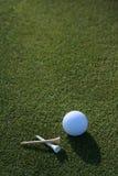 Début de la matinée de balle de golf et de tés Images libres de droits