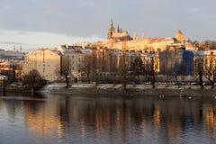 Début de la matinée neigeux ensoleillé Prague Lesser Town avec le château gothique au-dessus de la rivière Vltava, République Tch Image stock