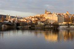 Début de la matinée neigeux ensoleillé Prague Lesser Town avec le château gothique au-dessus de la rivière Vltava, République Tch Photos libres de droits