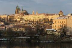 Début de la matinée neigeux ensoleillé Prague Lesser Town avec le château gothique au-dessus de la rivière Vltava, République Tch Photo stock