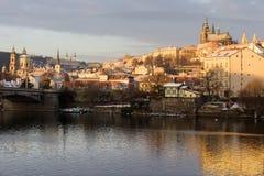 Début de la matinée neigeux ensoleillé Prague Lesser Town avec le château gothique au-dessus de la rivière Vltava, République Tch Photographie stock