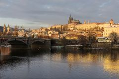 Début de la matinée neigeux ensoleillé Prague Lesser Town avec le château gothique au-dessus de la rivière Vltava, République Tch Photos stock