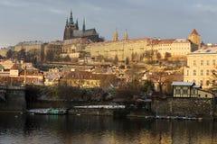 Début de la matinée neigeux ensoleillé Prague Lesser Town avec le château gothique au-dessus de la rivière Vltava, République Tch Image libre de droits