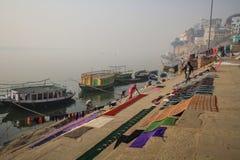 Début de la matinée de nettoyage de blanchisserie de personnes sur les ghats de ganga à Varanasi, uttar pradesh, Inde Image libre de droits
