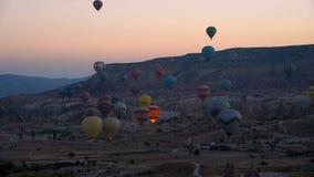 Début de matin des ballons à air chauds dans Cappadocia La Turquie banque de vidéos