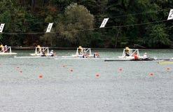 Début des bateaux avec deux rowers. Photo stock